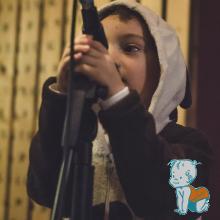 copil canta la microfon