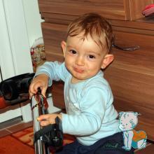 copil cu aspirator