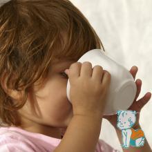 copil bea ceai